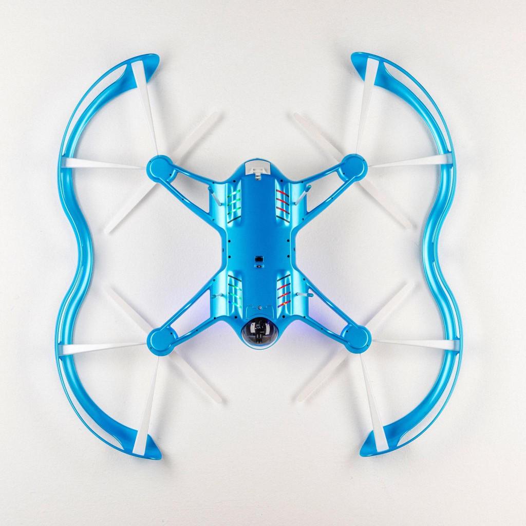 Die FLYBi Drohne kann selbständig den Akku wechseln -