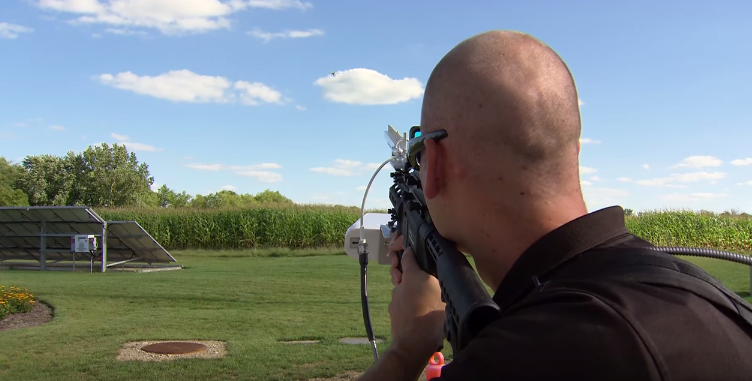 Aufpassen: DroneDefender holt Drohnen vom Himmel -