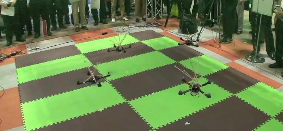 Japanische Polizei testet Quadrocopter Schwarm -