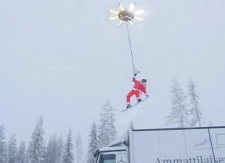 Casey Neistat hängt an Riesen Drohne und fliegt