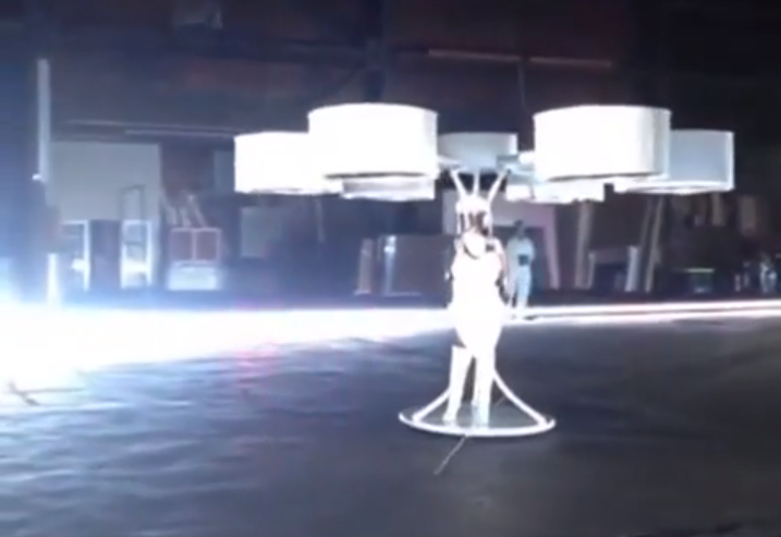 Lady Gaga im Hexacopter Kostüm - the Volantis -
